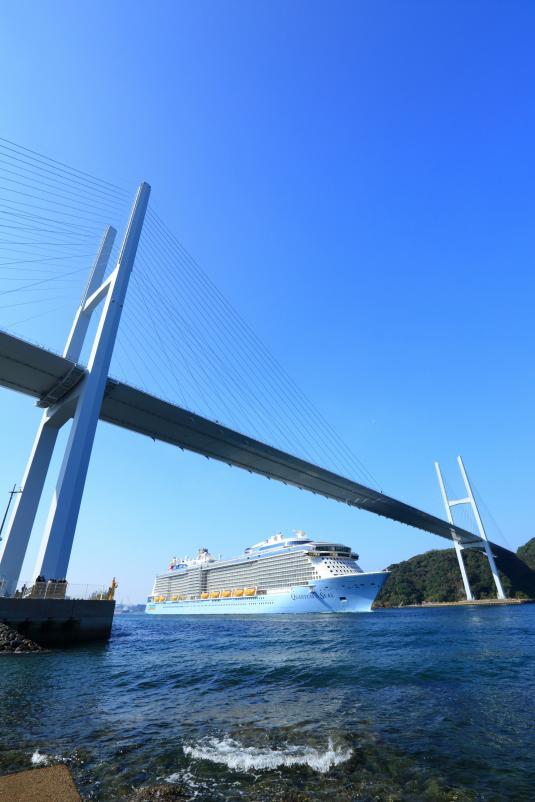 女神大橋とクルーズ船2