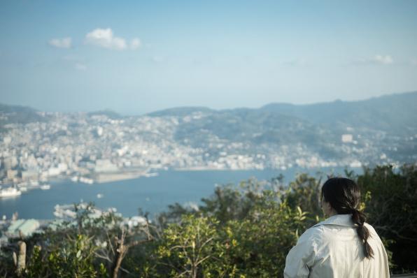 稲佐山から見た長崎港(景色を見る女性)