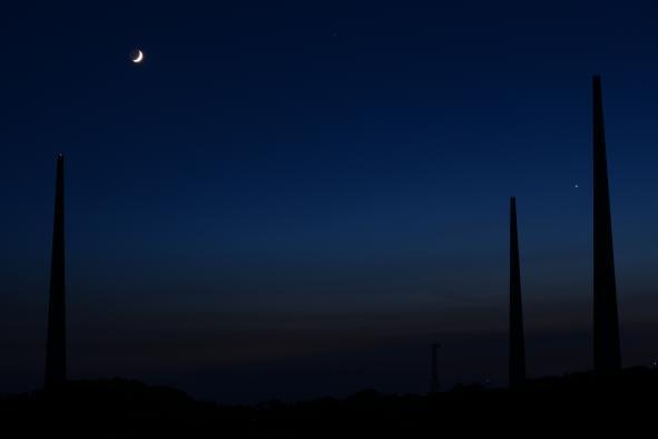 針尾無線塔を偲ぶ三日月©SASEBO
