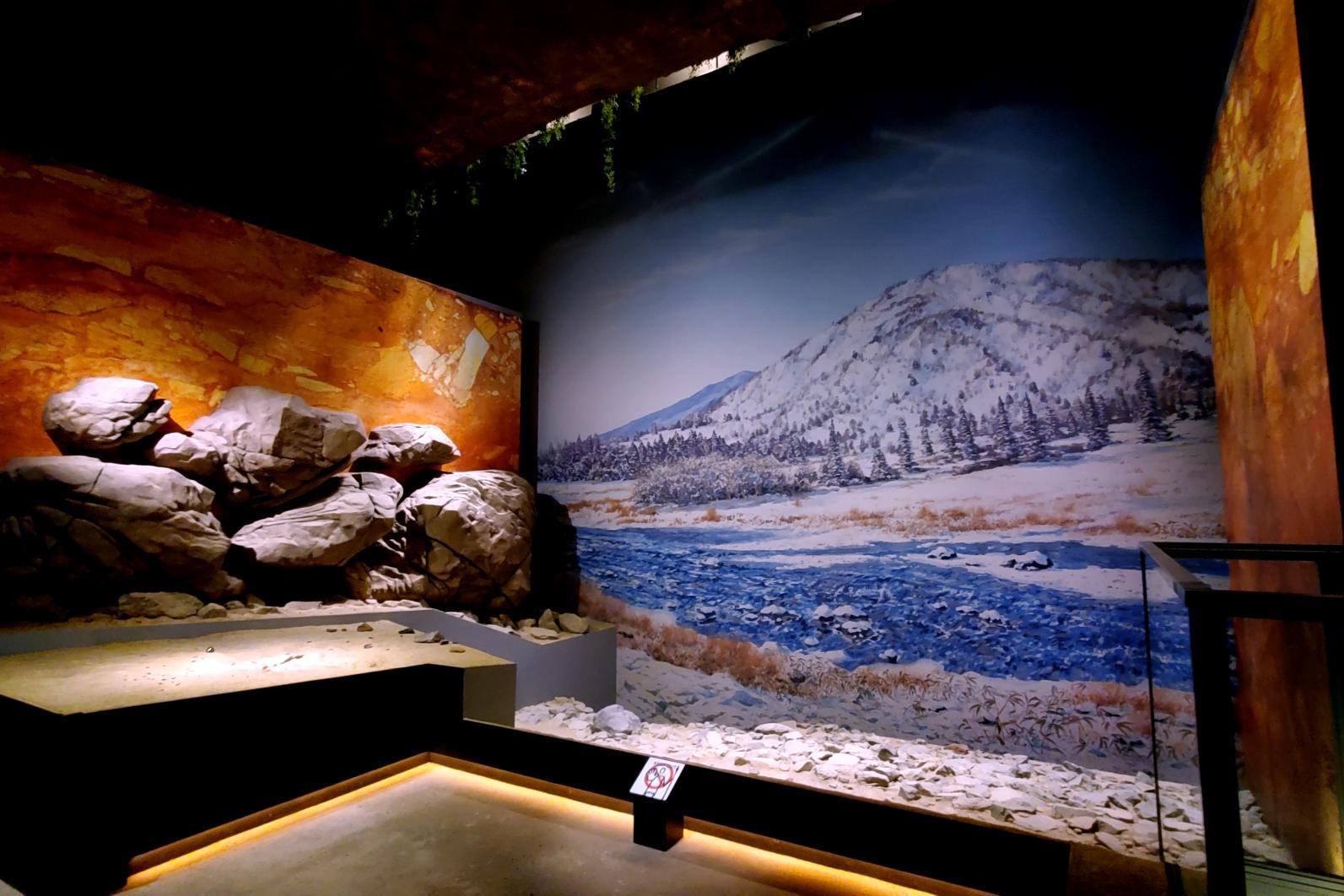館内に足を踏み入れると、福井洞窟の発掘現場を再現した原寸大のジオラマがどど~んとお出迎え!-0