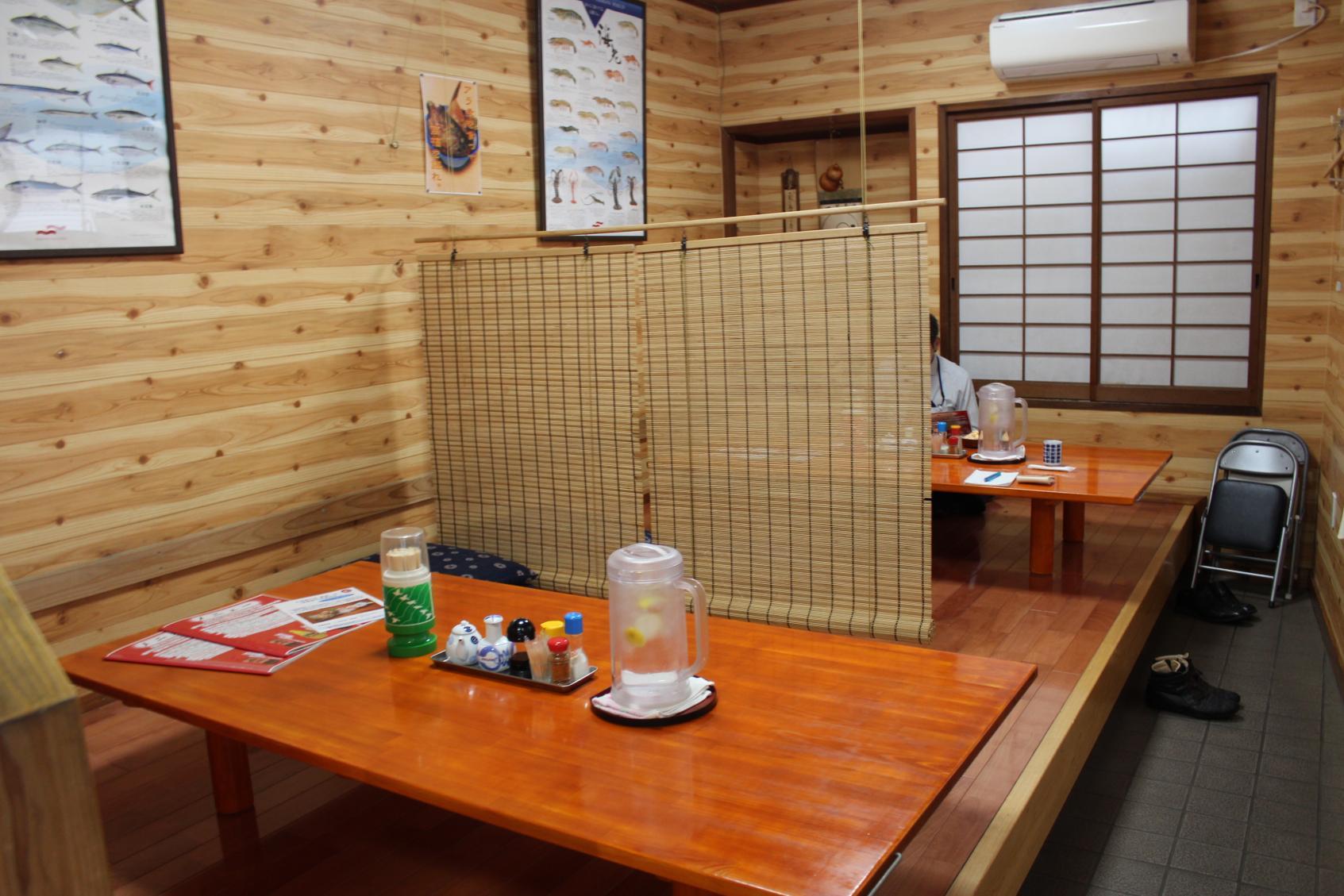 店内はテーブル席のほか、小あがり席が2つ-0
