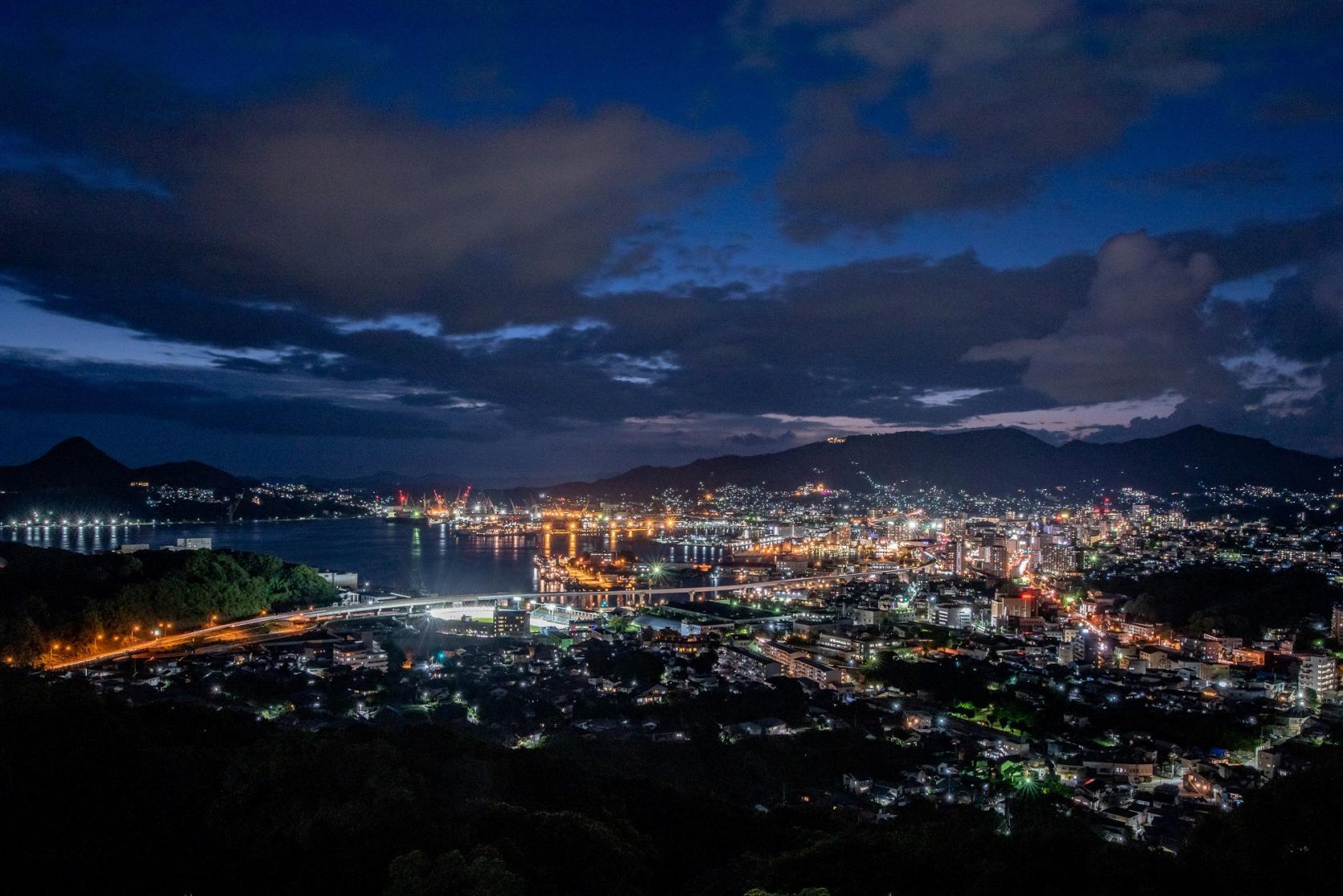 佐世保港のオレンジ色が光る夜景を楽しめる「天神山公園」-0