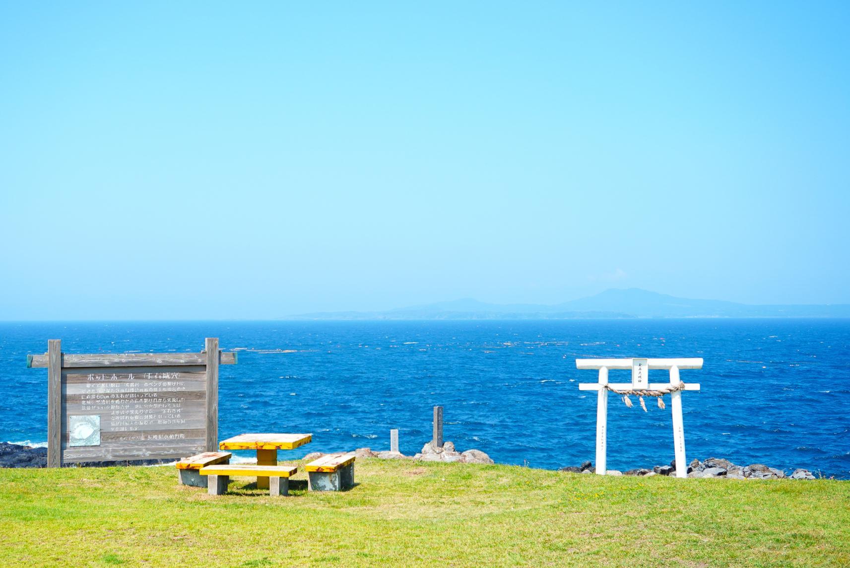 青と白と緑のコントラスト!斑島の「ポットホール」-1