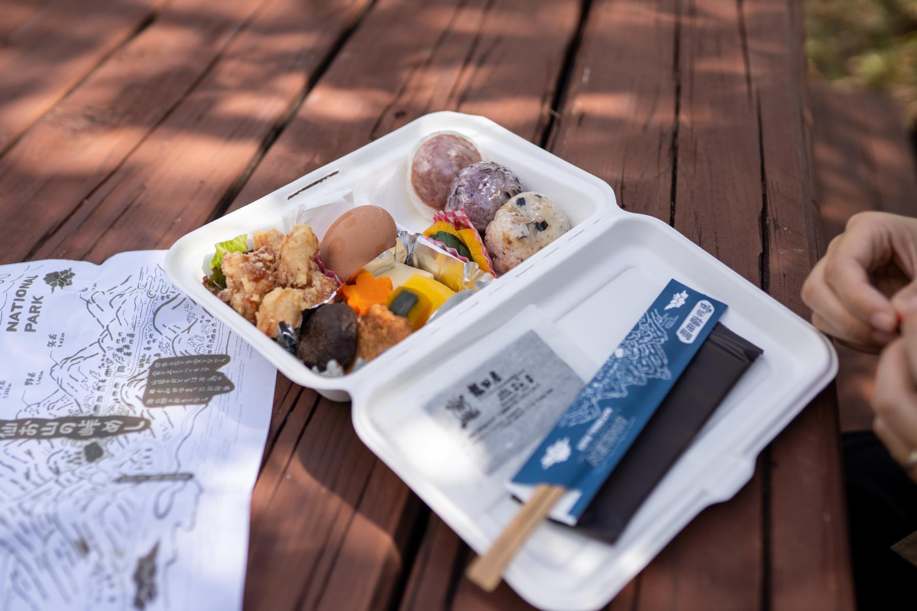 お昼はお弁当を持って白雲の池でピクニック!-1