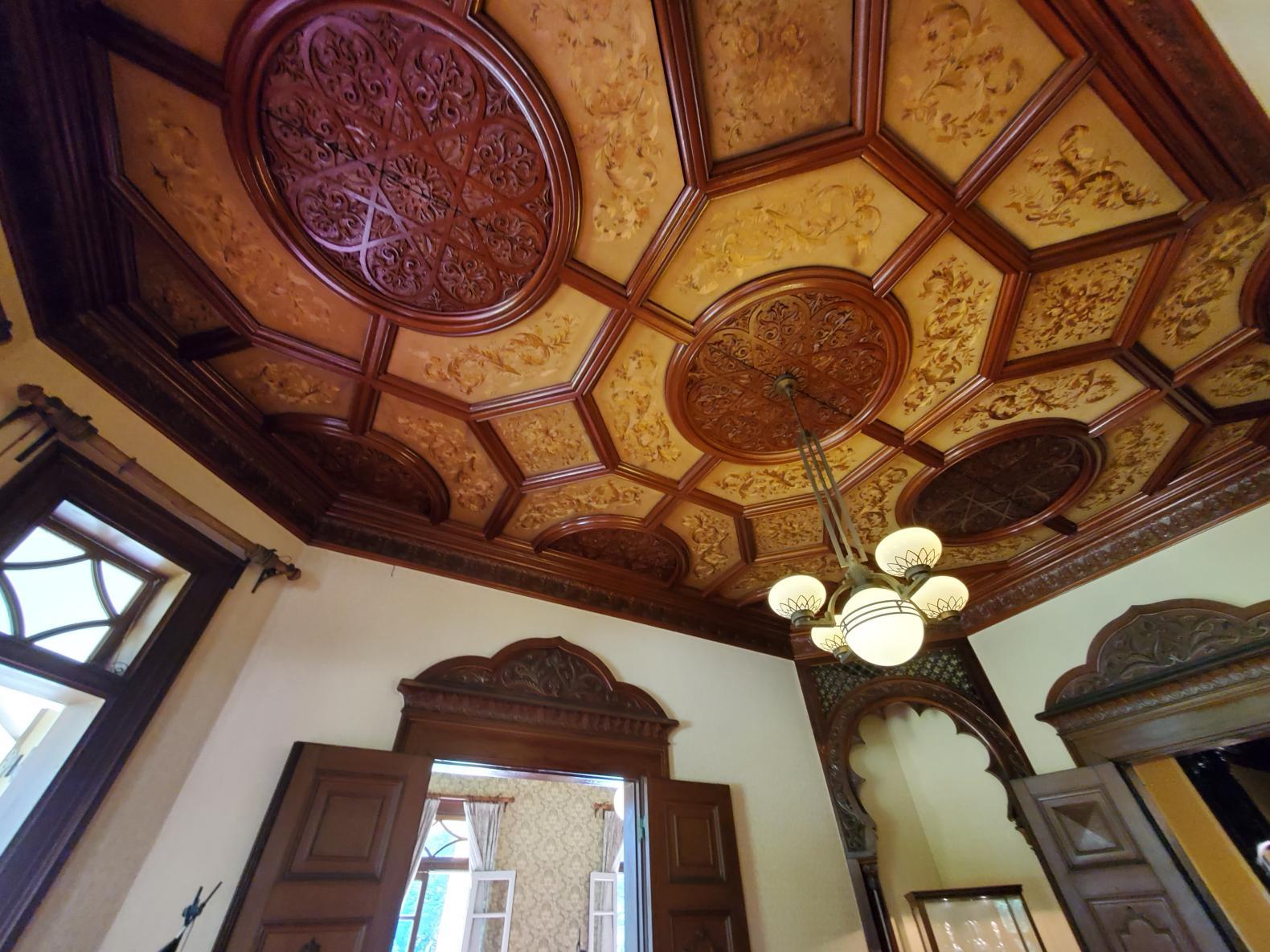私が岩崎邸を訪れた目的。それはゴージャスな天井や壁紙の数々!-0