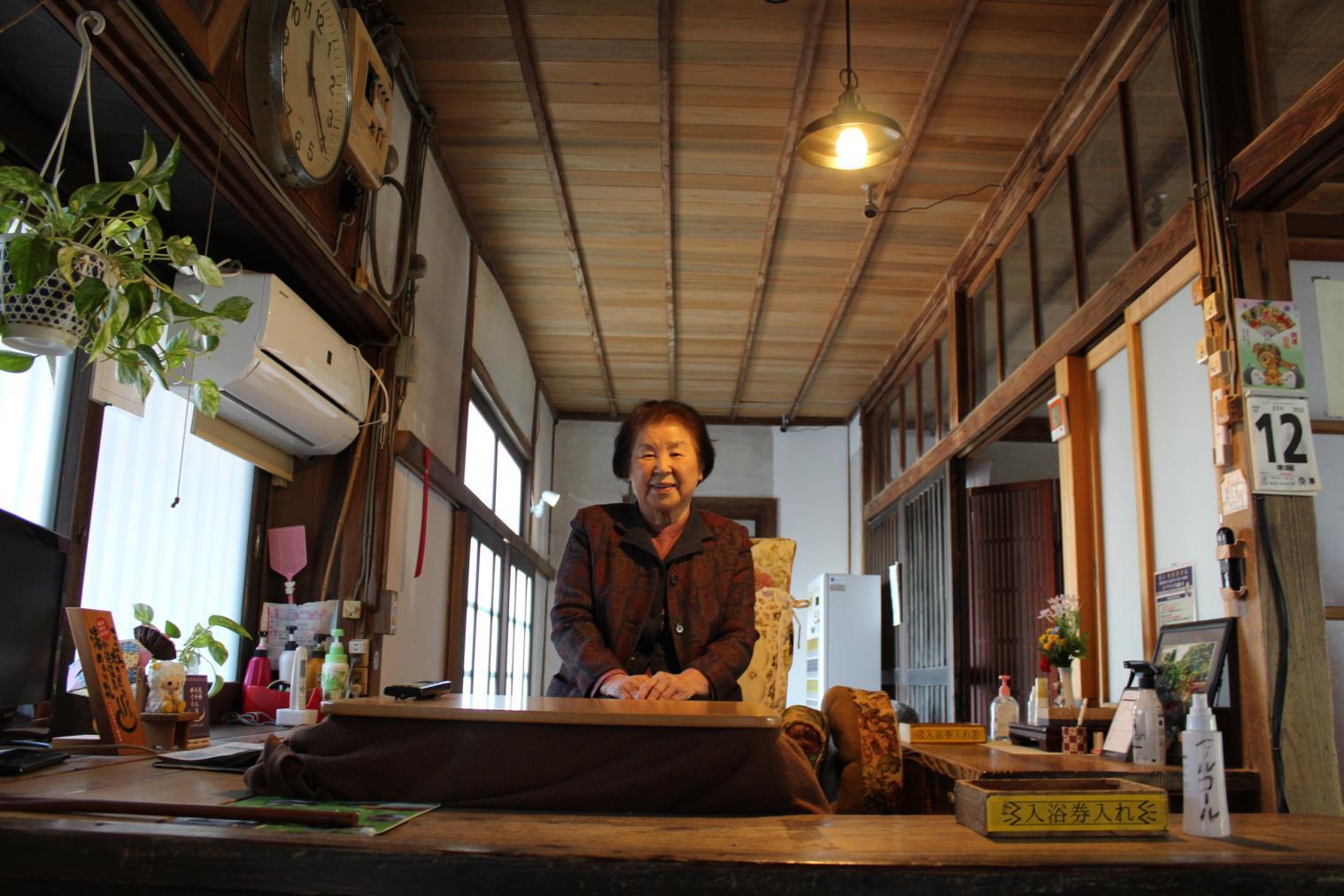 番台で200円を払って中に入ると、そこはまるで「昭和の暮らし博物館」-0