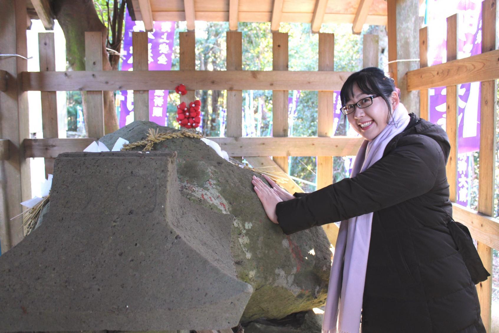 拝殿裏にあるご御神体の岩は、力みなぎるパワースポット!-0