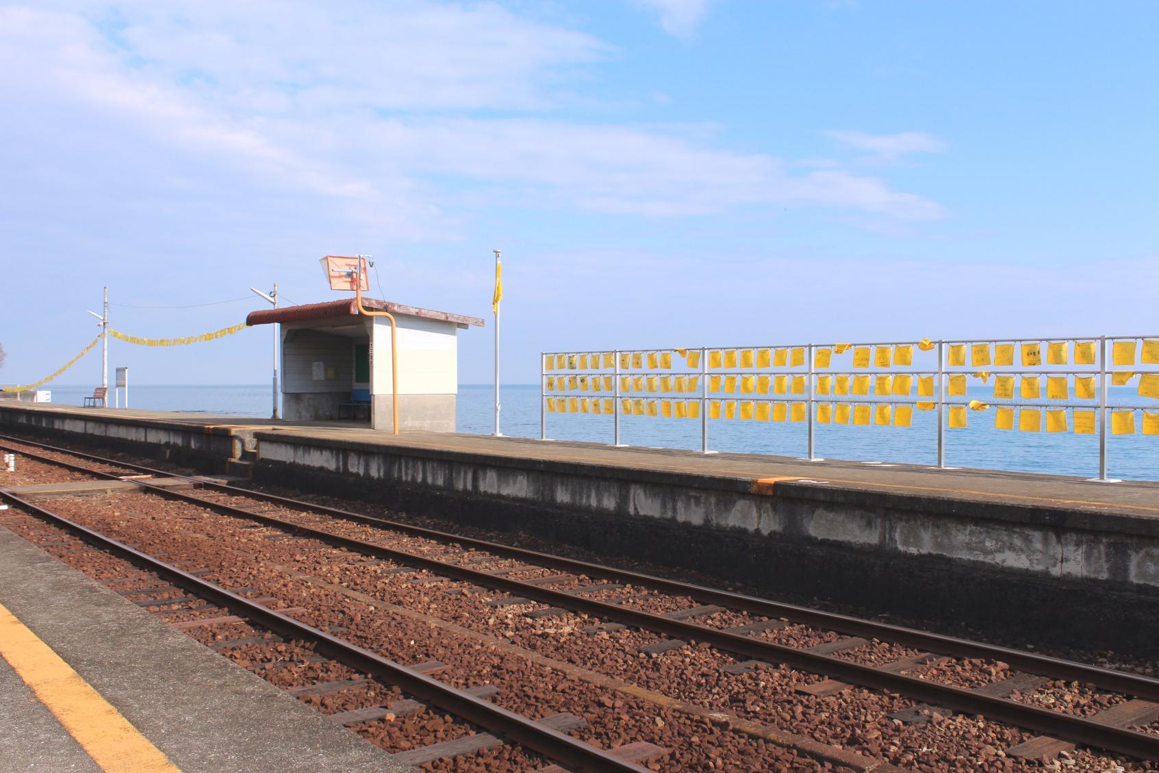 冬の島鉄ぶらり旅  大三東駅  海辺にはためく「幸せの黄色いハンカチ」-1