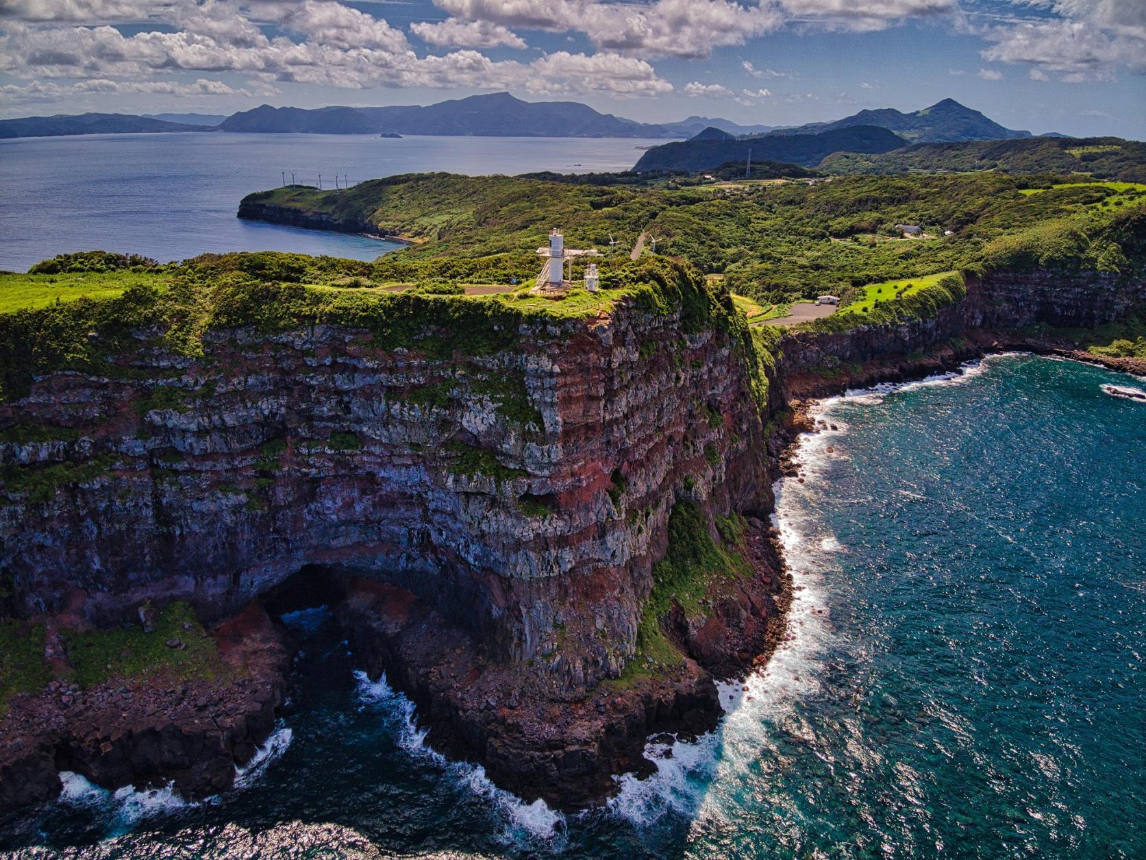 鳥の目で見る!長崎絶景ソラ旅。断崖絶壁の上に立つ大バエ灯台-1