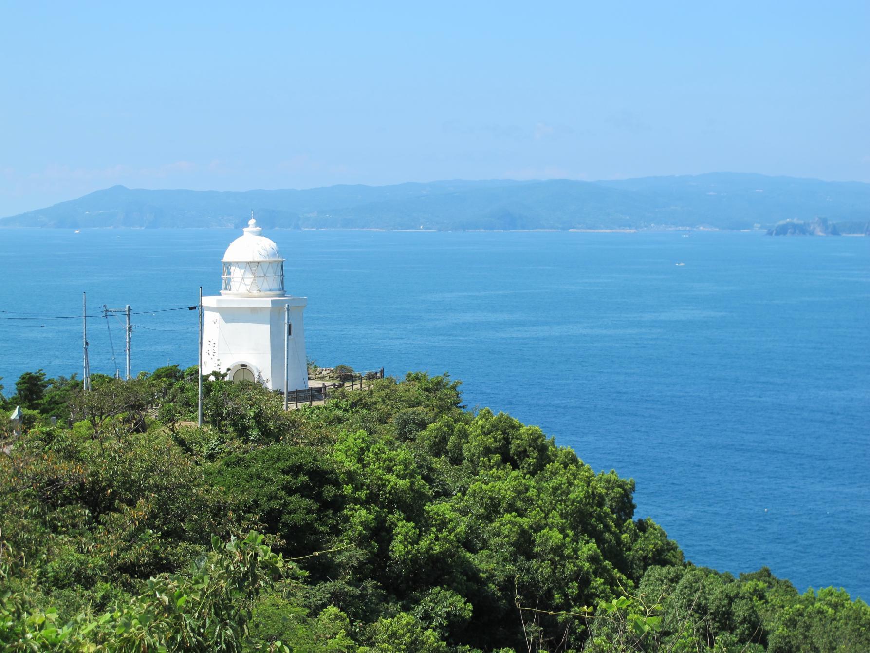 長崎港へ向かう船を見守る灯台 ―伊王島灯台―-1