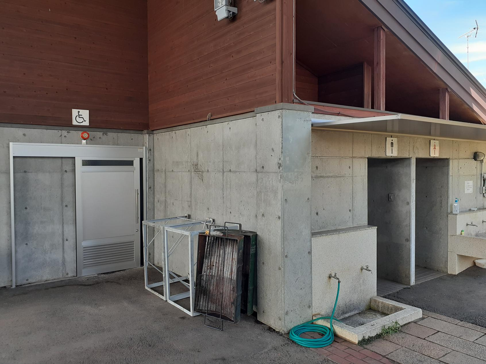 屋外トイレ外観-1