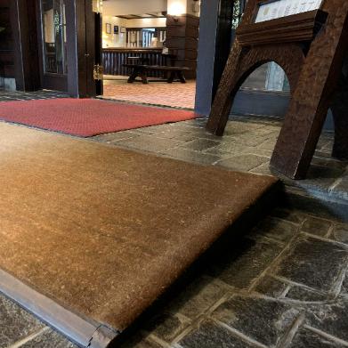 床のカーペットとタイル-2
