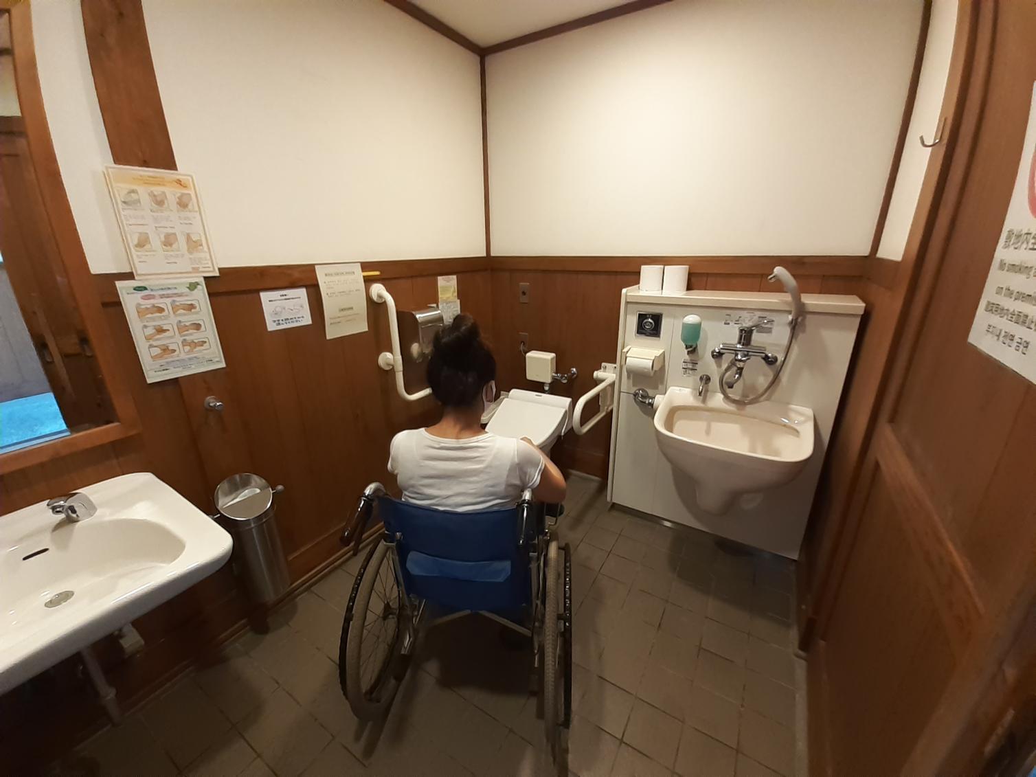 ヘトル部屋のオストメイト機能付き多目的トイレ-4