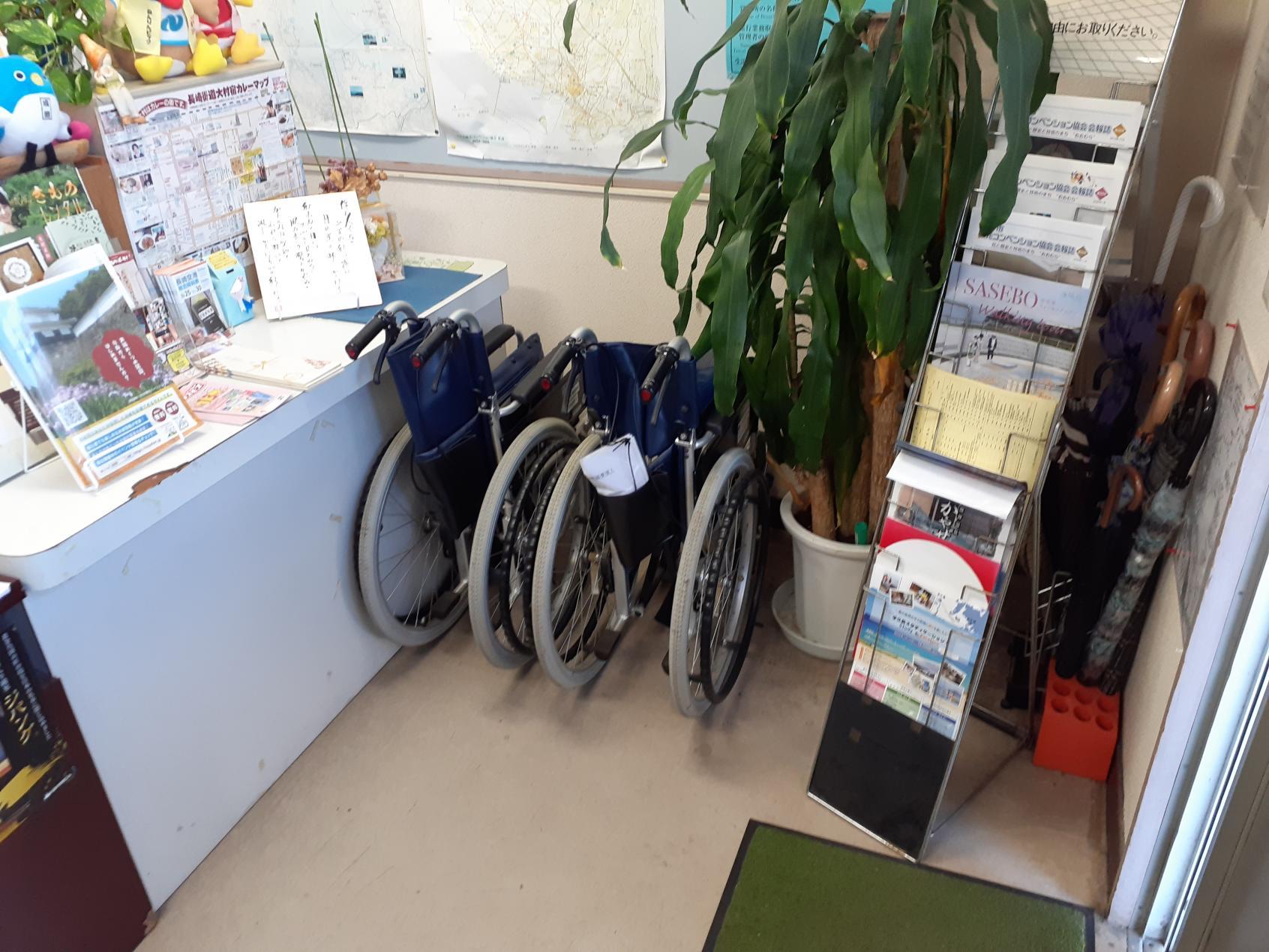 案内所入口にある無償レンタルの車椅子-3