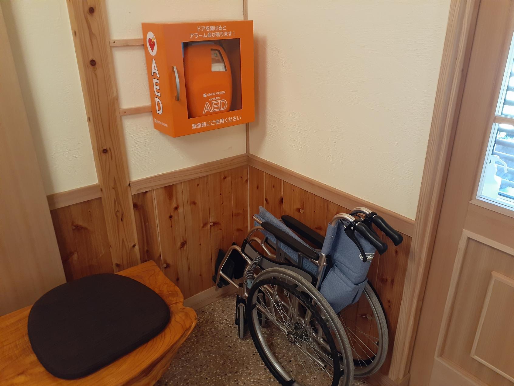 玄関内に無償レンタルの車椅子とAEDがあります。-2