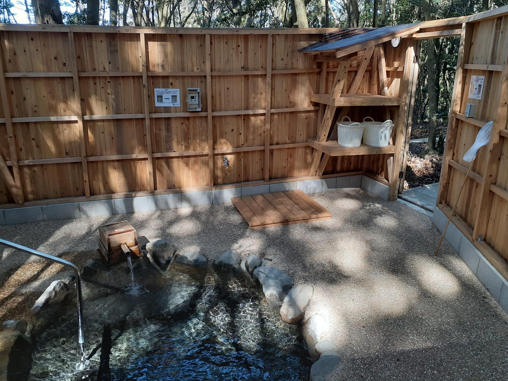 野天風呂の中から見た入口側-1