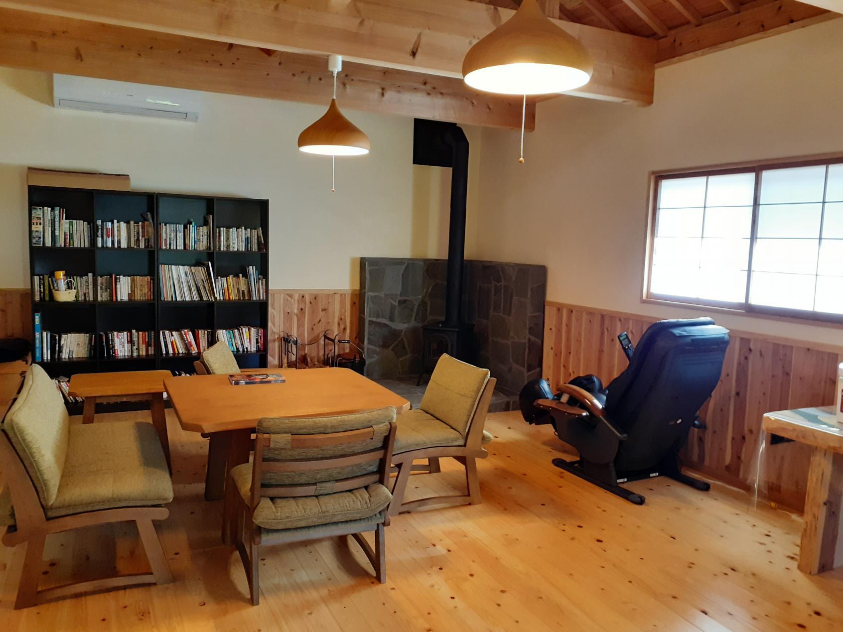 書斎と薪ストーブのある洋間-3
