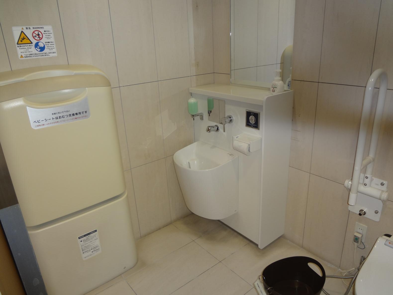 多目的トイレ内②-2