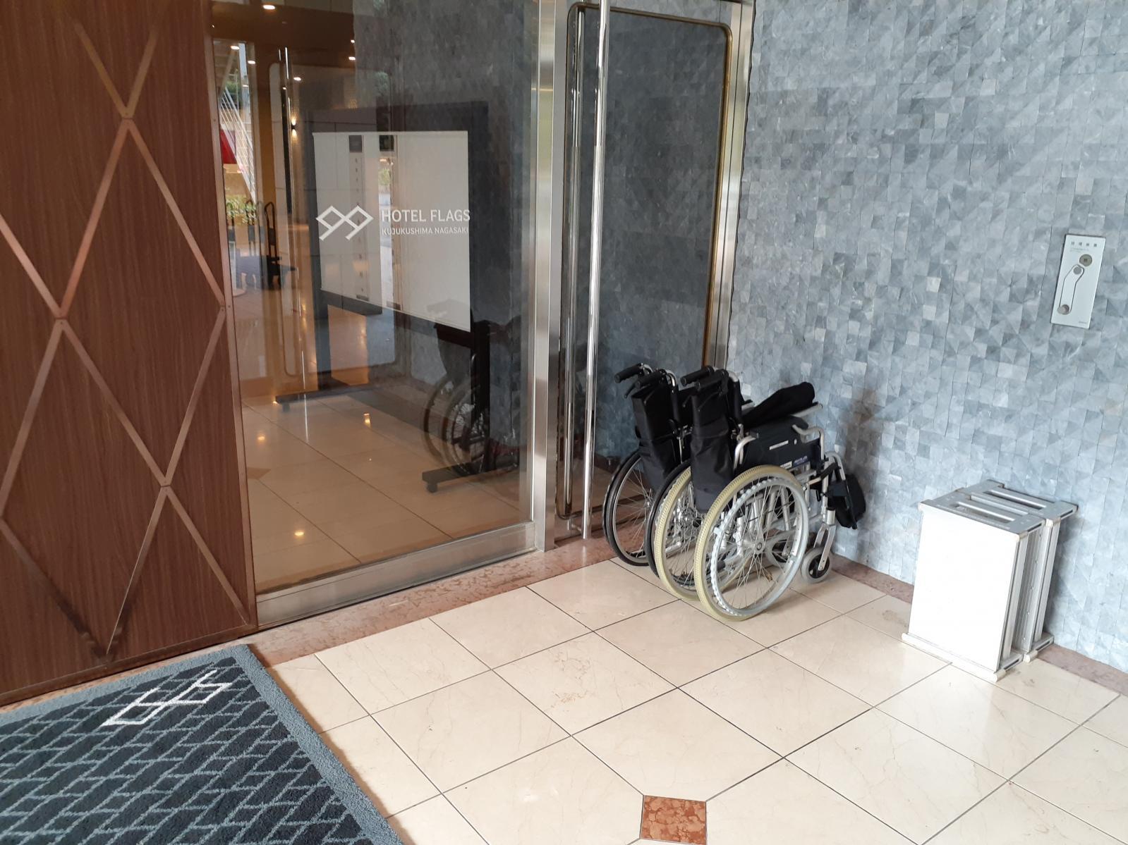 玄関脇のレンタル車椅子-0