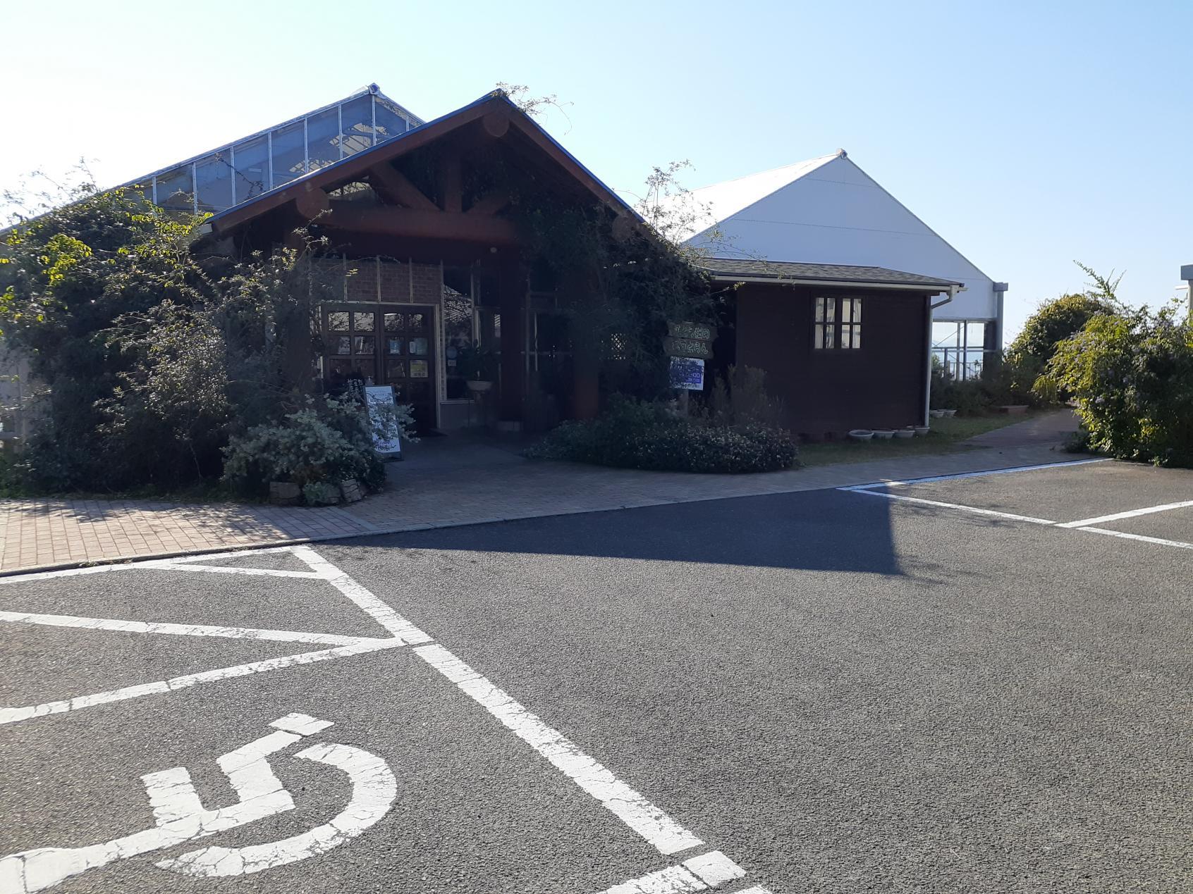 施設前のバリアフリー駐車スペース-0
