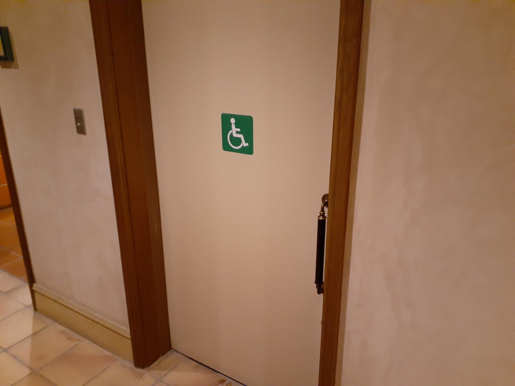 多目的トイレ入口-3