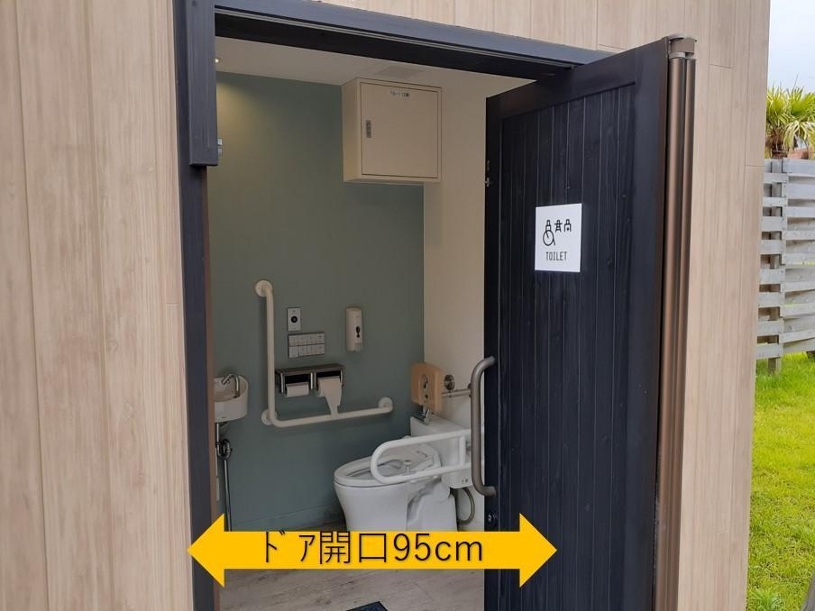 ロッジ正面の多目的トイレ-3