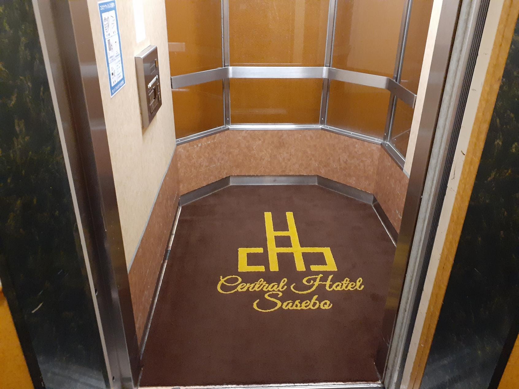 広いエレベーター内部-5