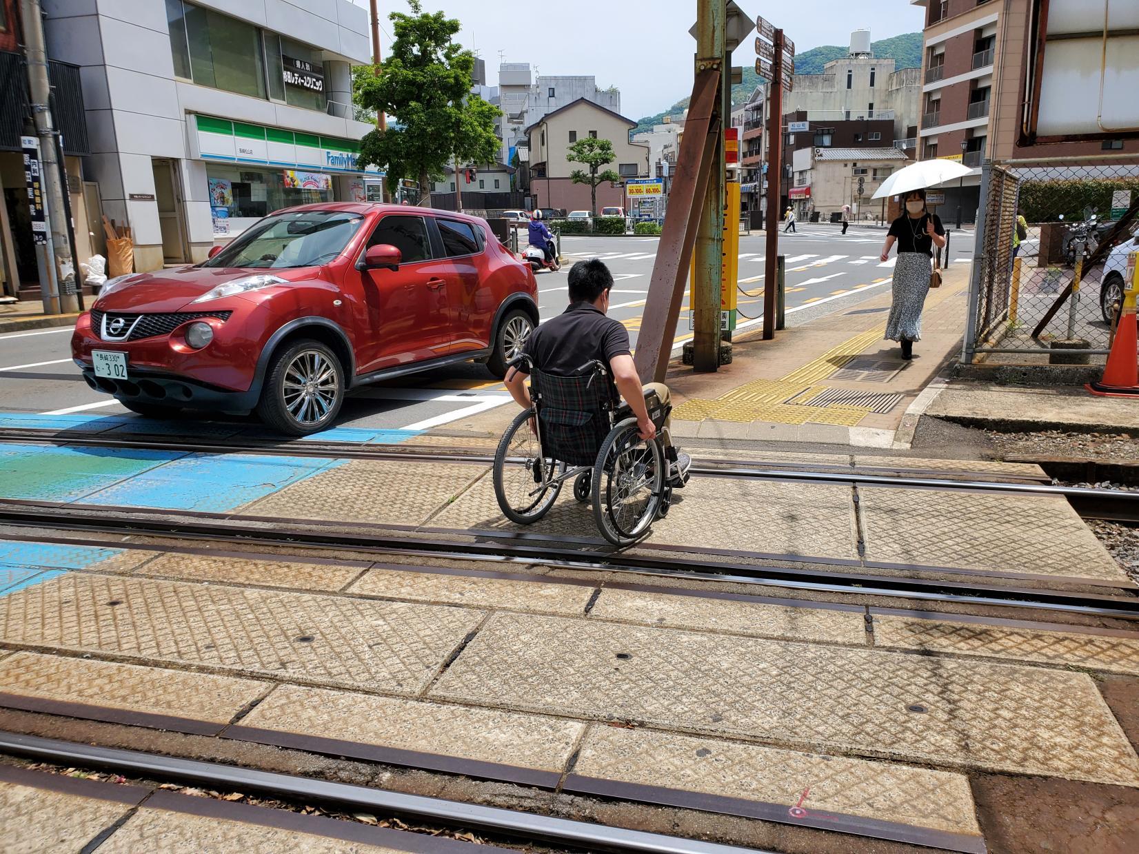 長崎駅側から来たら線路を横断!-1
