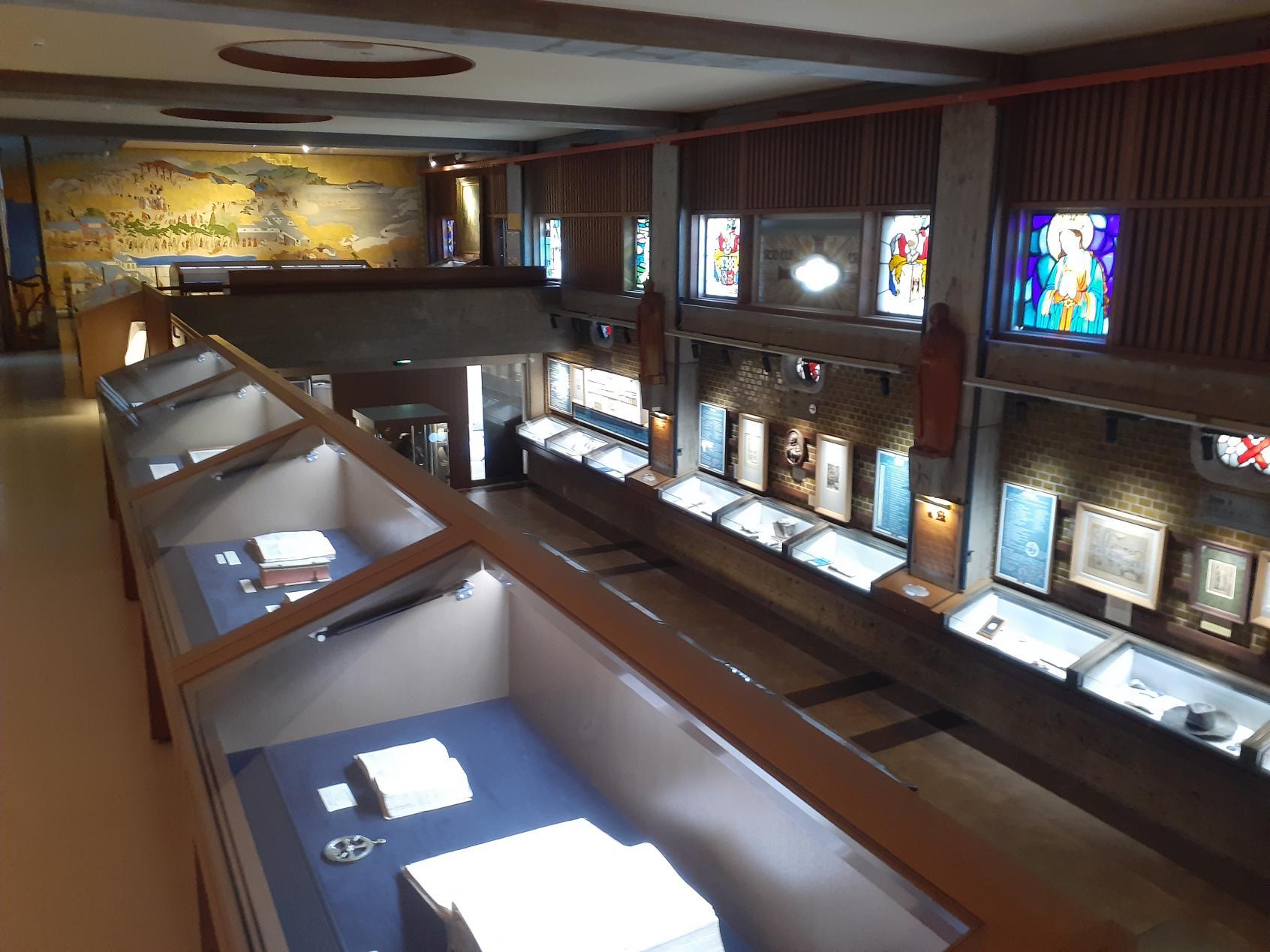 2階から1階展示エリアを見下ろす!-2