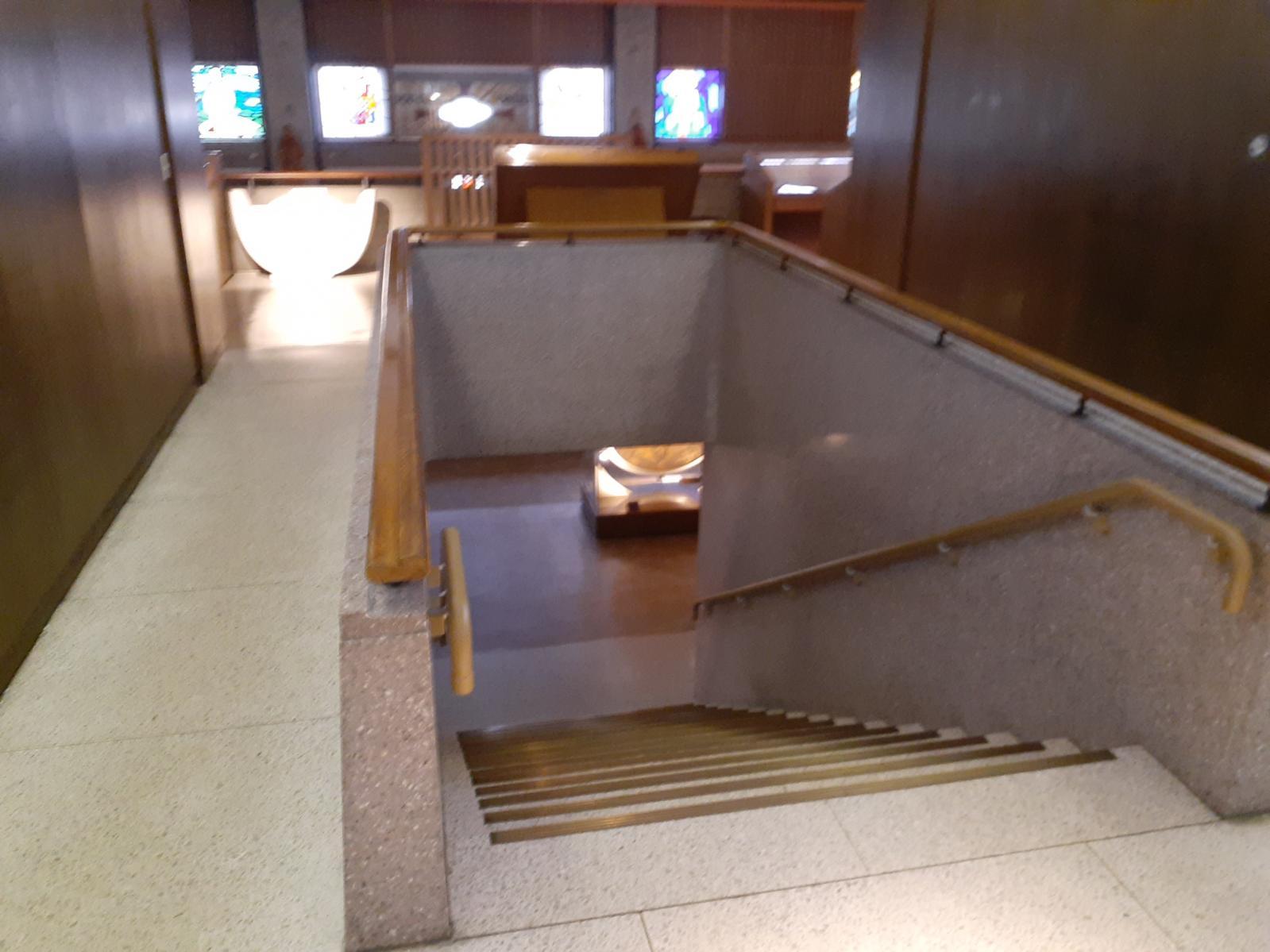 2階と結ぶ階段-0