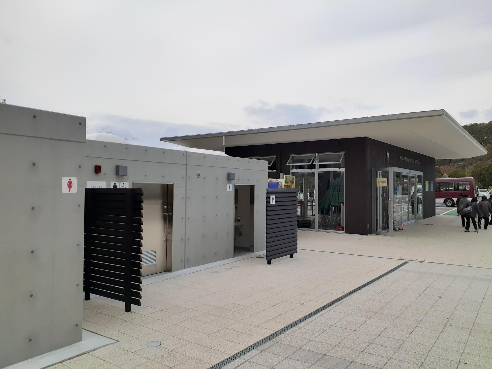中腹駅 駅舎横のトイレ-0