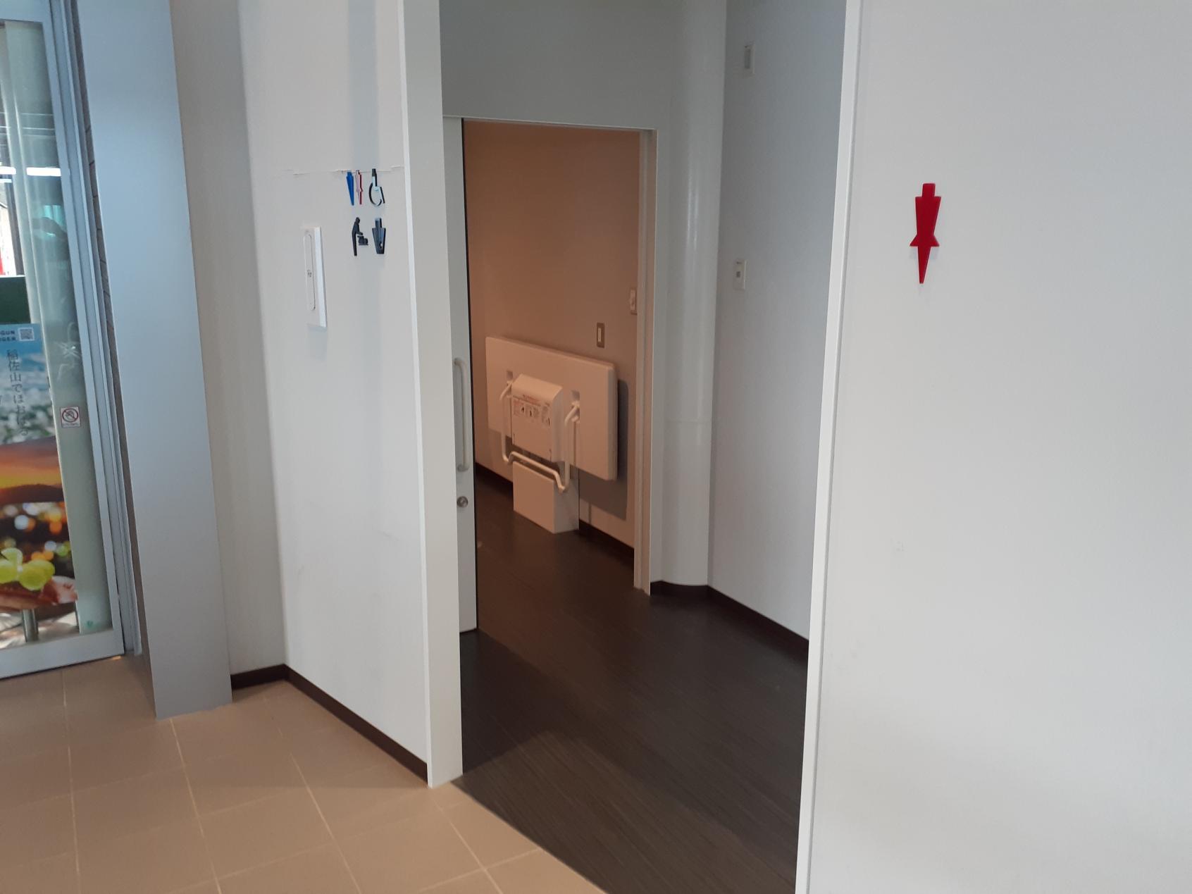 山頂駅 ホーム端のトイレ-4