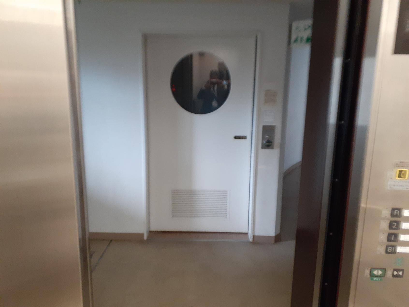 地下1階のエレベーター前に-7