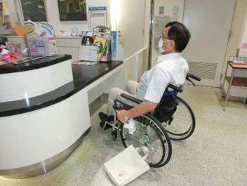総合案内所の車椅子用カウンター-2