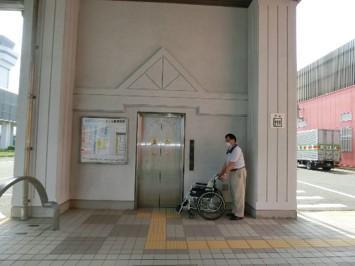 連絡通路に行くエレベーター-2