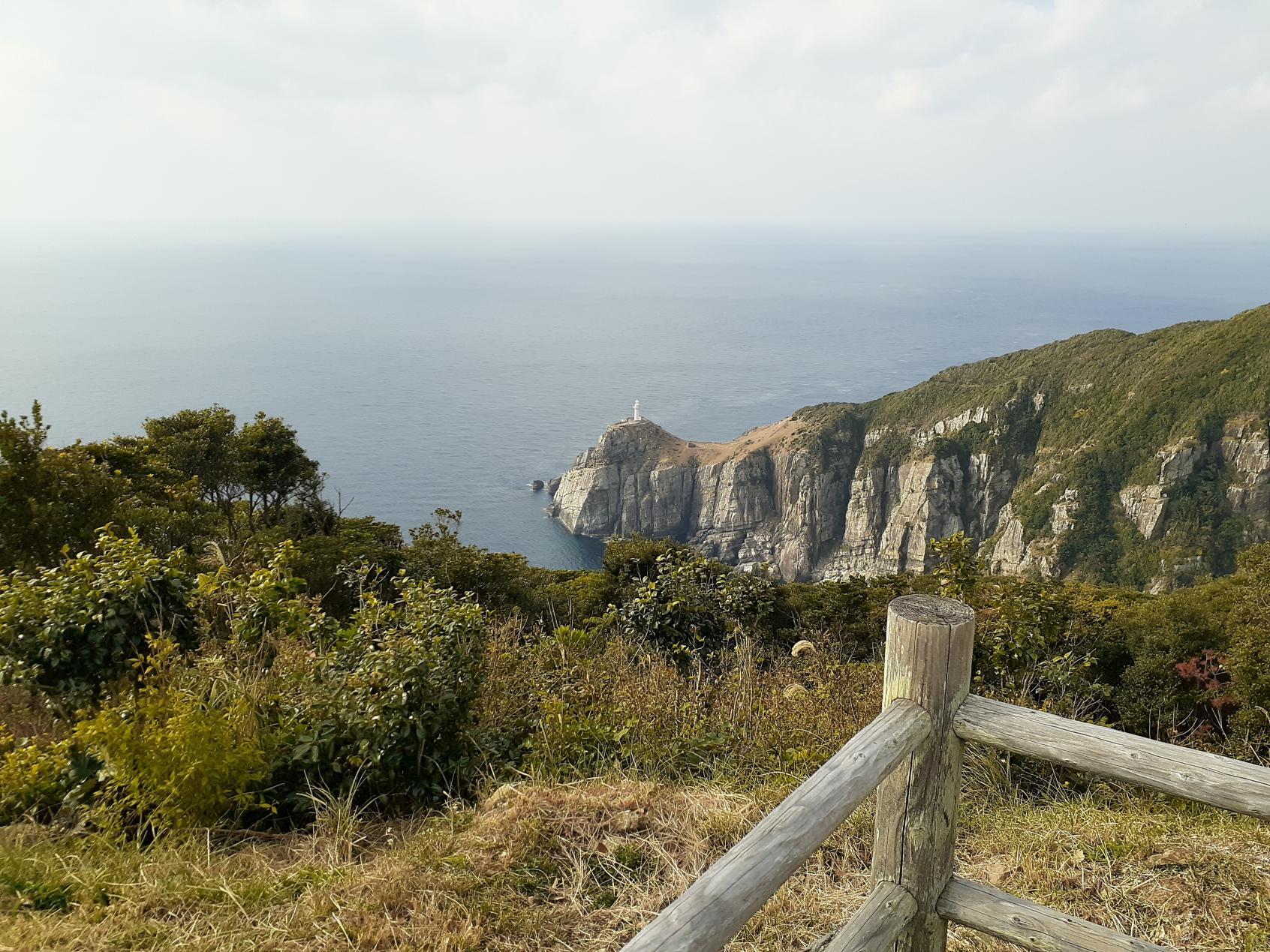 遠くに灯台を望む絶景-2