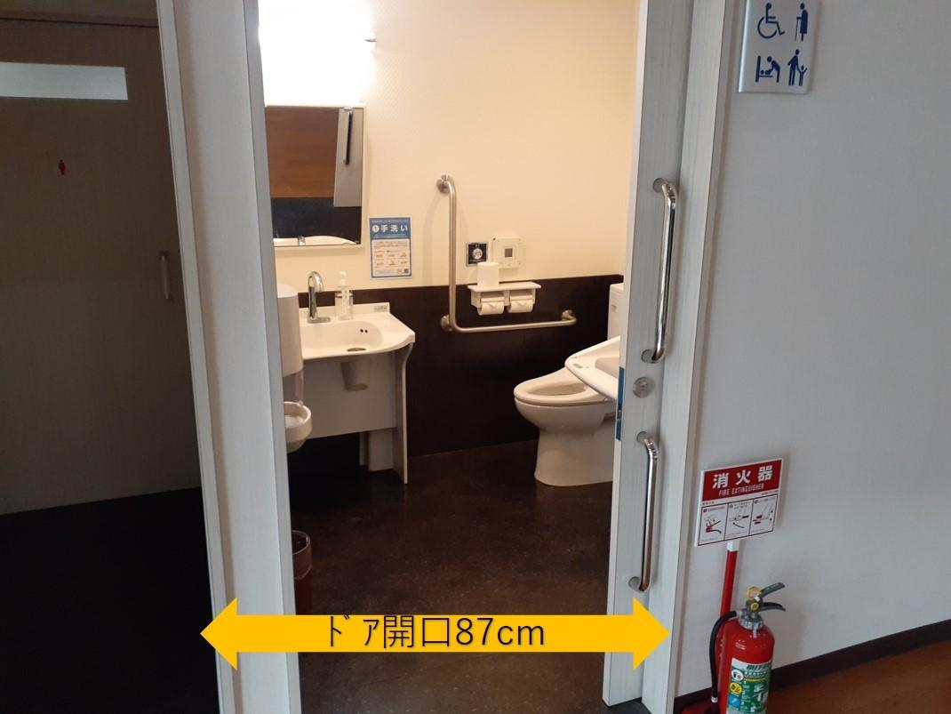 ロビーの多目的トイレ入口-3