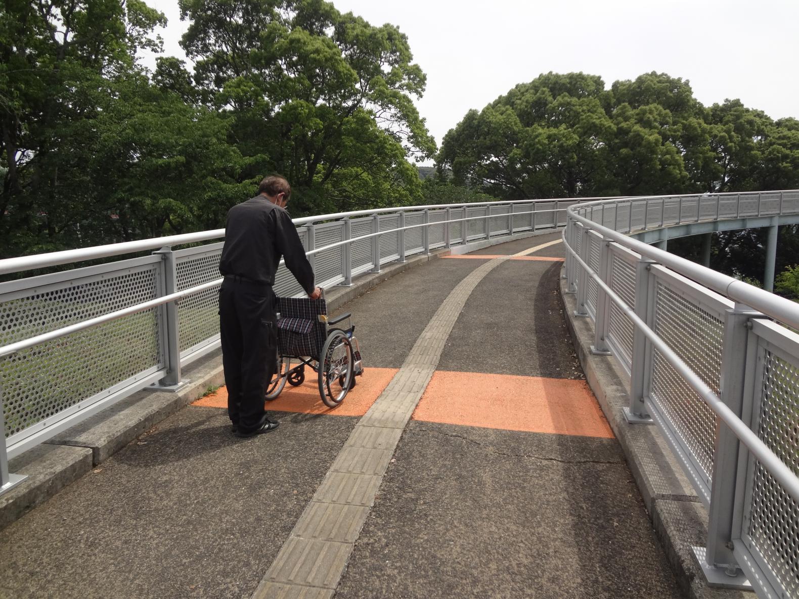 ③歩道橋に向かうスロープへ-3