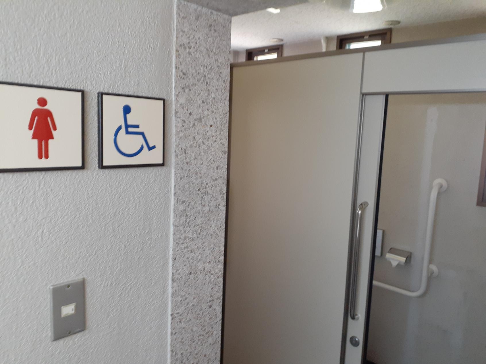 バリアフリートイレ入口-2
