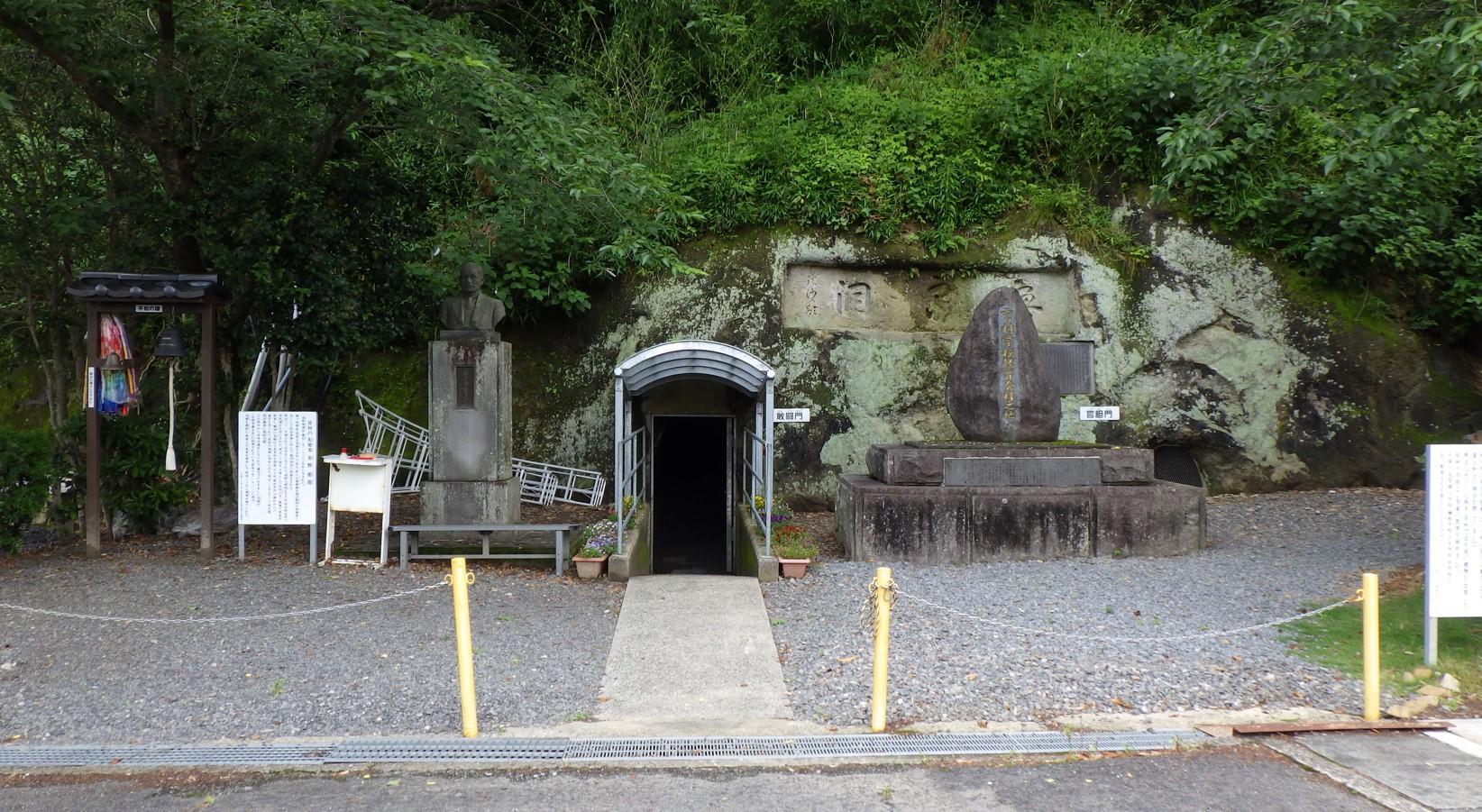 洞窟正面-1