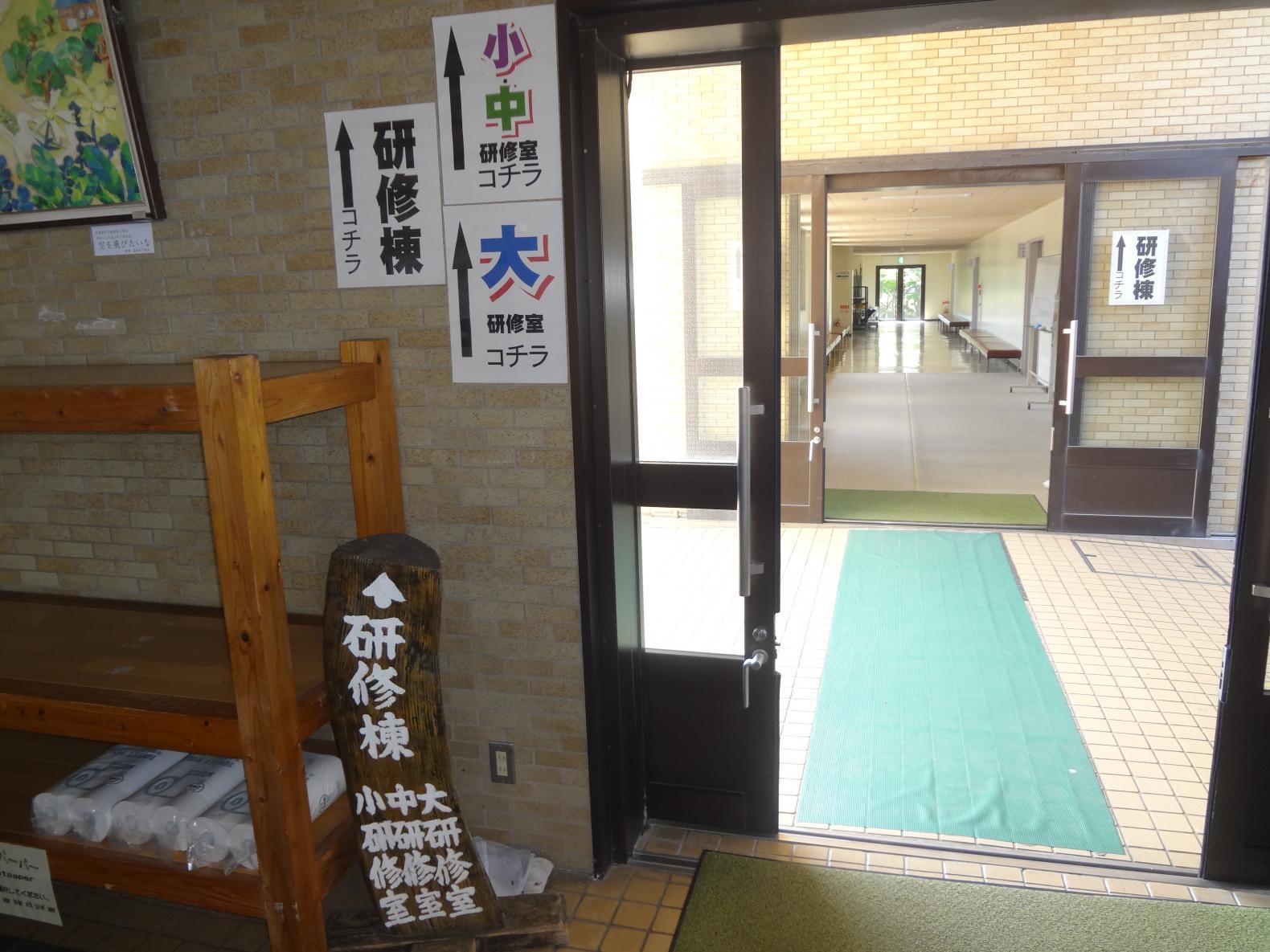 研修室棟への入口-0