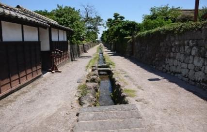 通路中央の水路-2