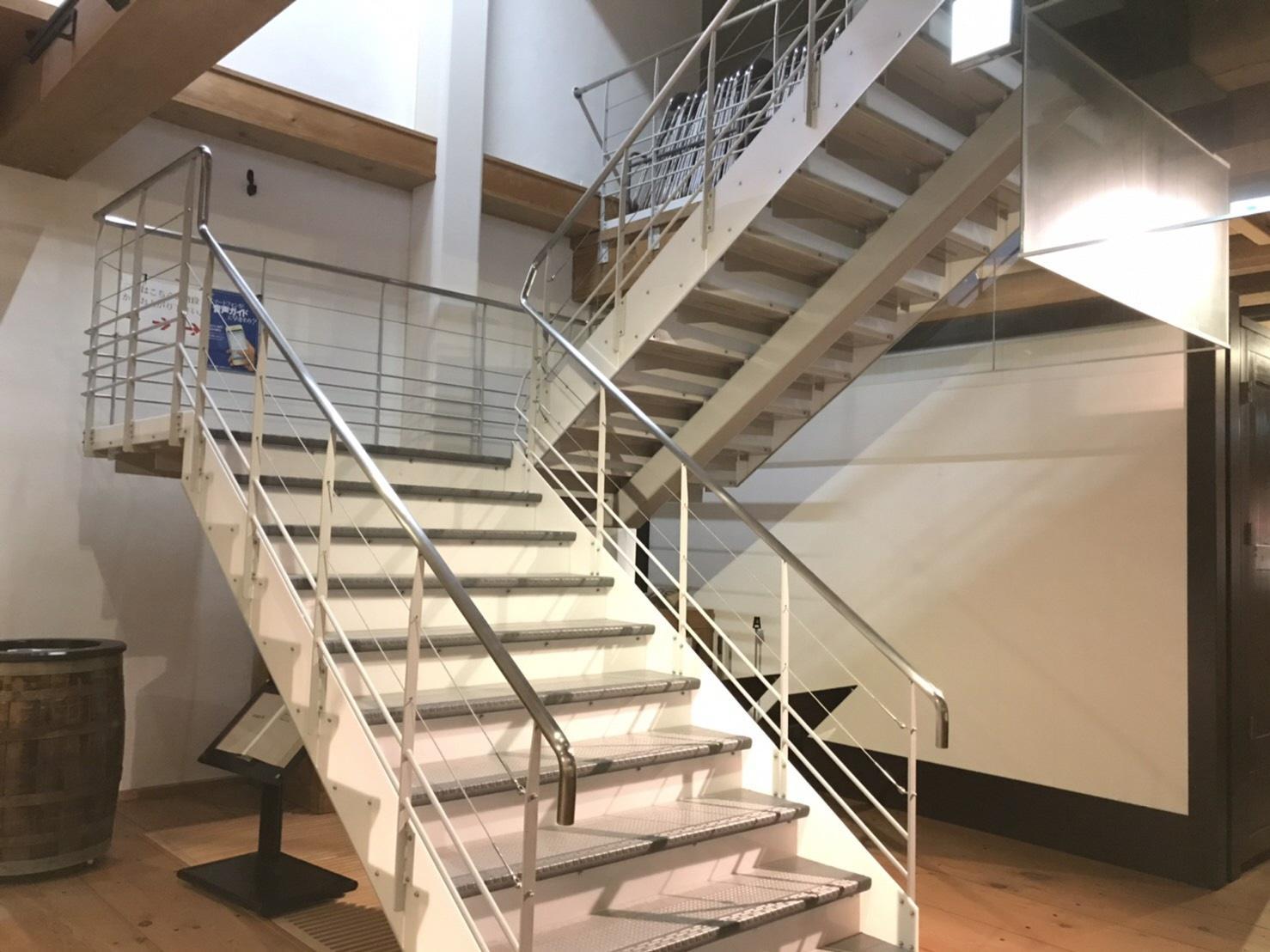 施設内の階段-0
