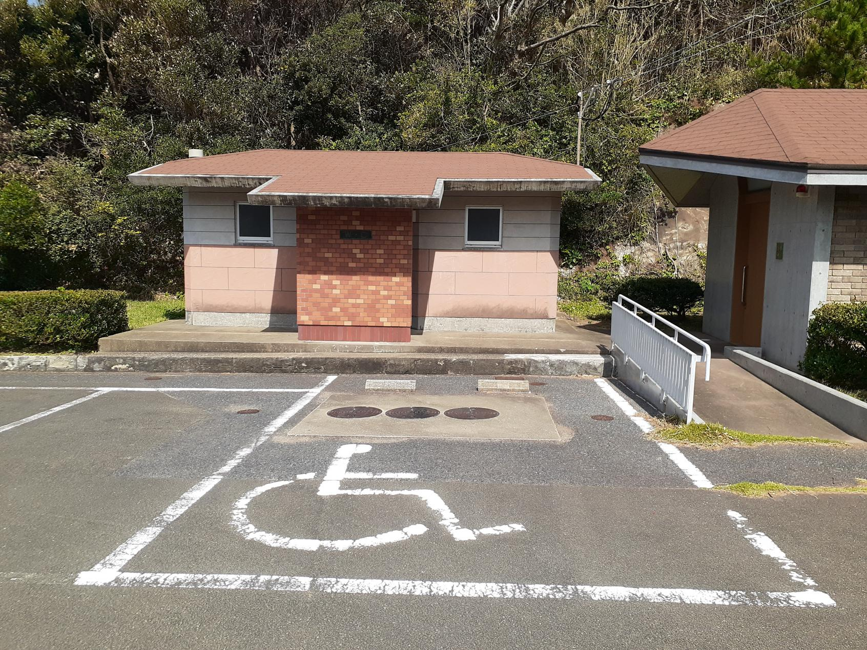 バリアフリー駐車スペースとトイレ-0