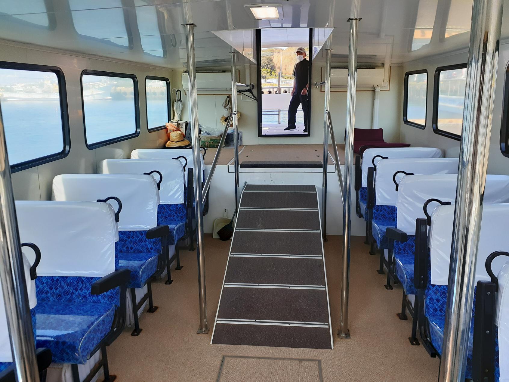 船内の客席-3