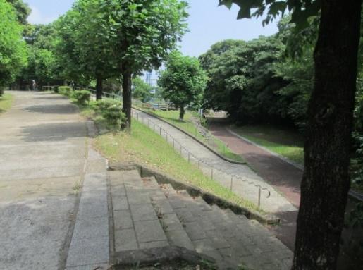 施設までの階段とスロープ-2
