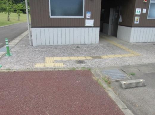 施設入口の点字ブロック-3