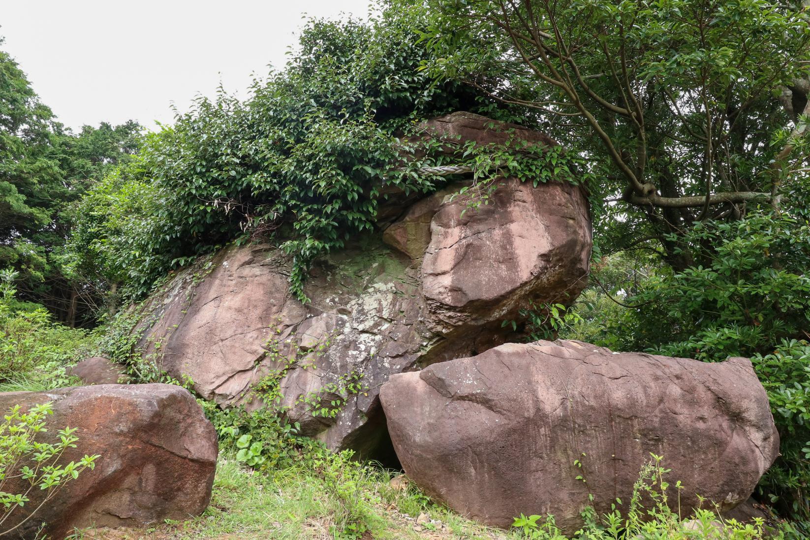 巣食石(女嶽神社的神體)-1