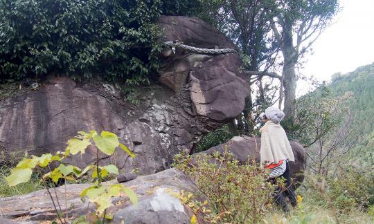 巣食石(女嶽神社的神體)-0