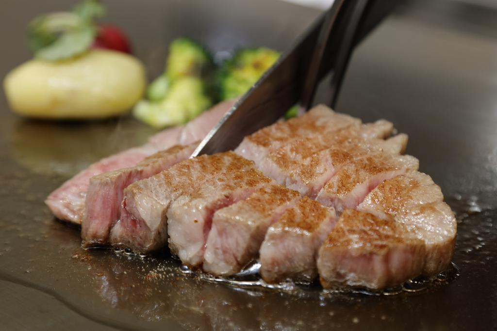 ステーキ鉄板焼き 牛臣-1